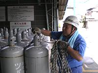 容器のロープ掛け訓練の様子