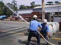 製造事業所における散水訓練の様子
