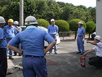 消火訓練(消火器操作)の様子